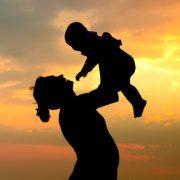 Phân tích tâm trạng của cậu bé Hồng khi gặp lại mẹ trong truyện Trong lòng mẹ